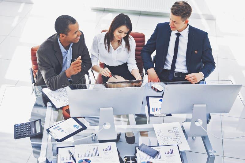 坐在书桌的专业企业队在办公室 图库摄影
