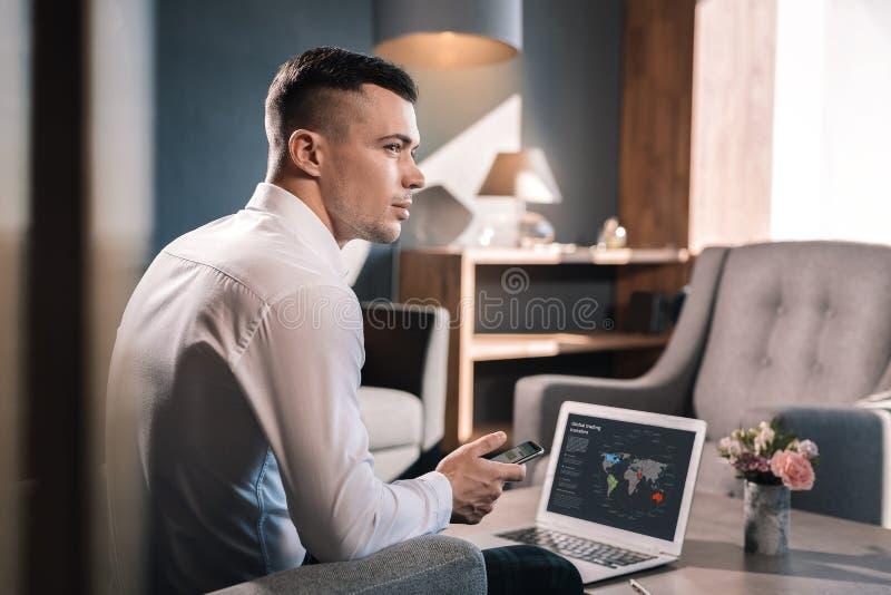 坐在他的办公室等待的商务伙伴的商人 免版税库存图片