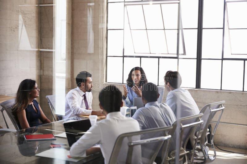 坐在会议室会议上的女实业家和同事 库存照片