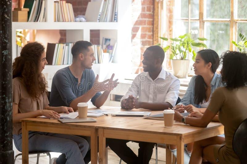坐在会议室里的不同的买卖人一起被会集在研讨会 免版税库存照片