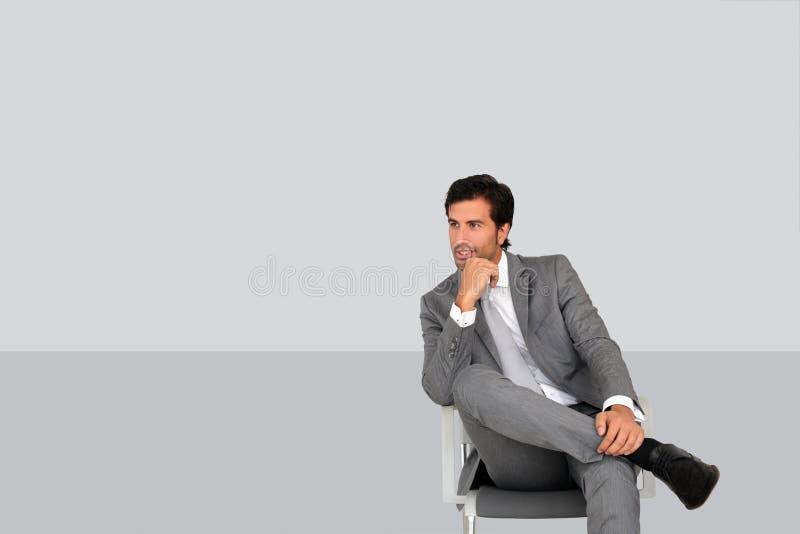 坐在候诊室的商人被隔绝 免版税库存图片