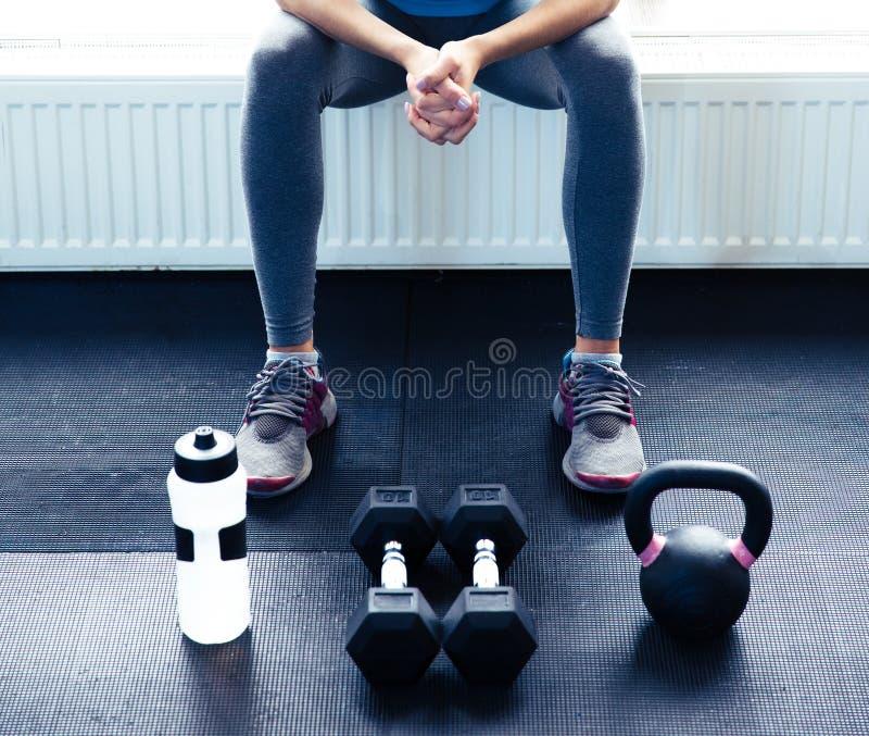 坐在健身房的妇女的特写镜头图象 库存图片