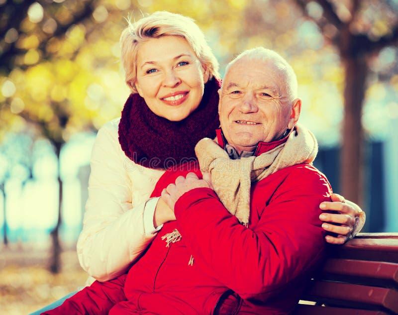坐在公园的成熟夫妇 图库摄影