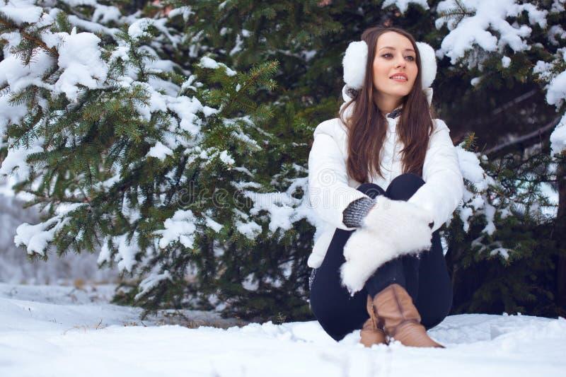 坐在冬天公园的妇女 库存照片