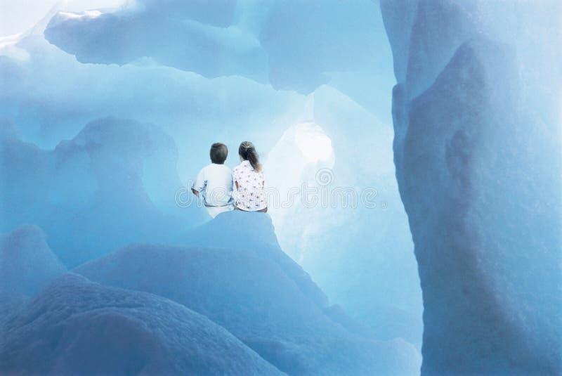 坐在冰川的兄弟姐妹 库存照片