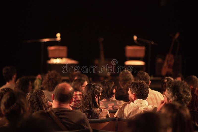 坐在剧院的人 免版税库存图片