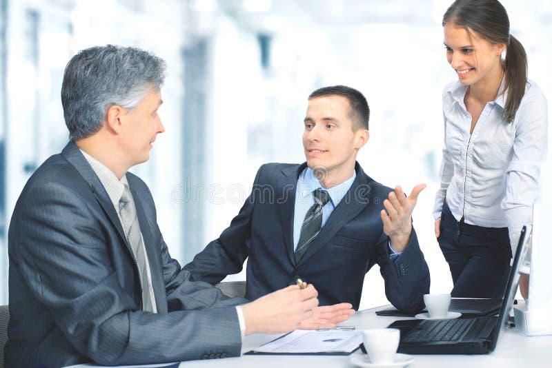 坐在办公室和计划的工作的企业队 库存照片