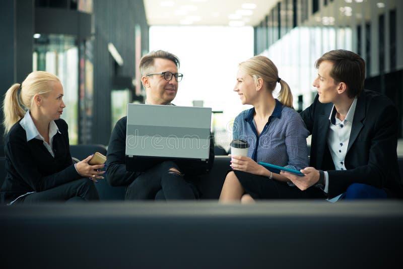 坐在办公室大厅的企业队 免版税图库摄影