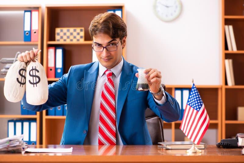 坐在办公室的年轻英俊的政客 免版税库存照片
