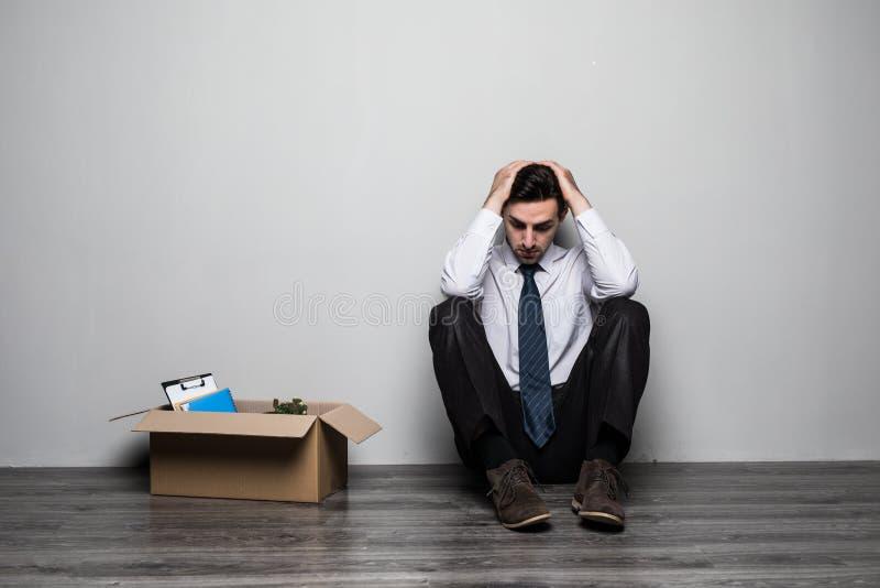 坐在办公室附近的衣服的被解雇的哀伤的沮丧的人 图库摄影