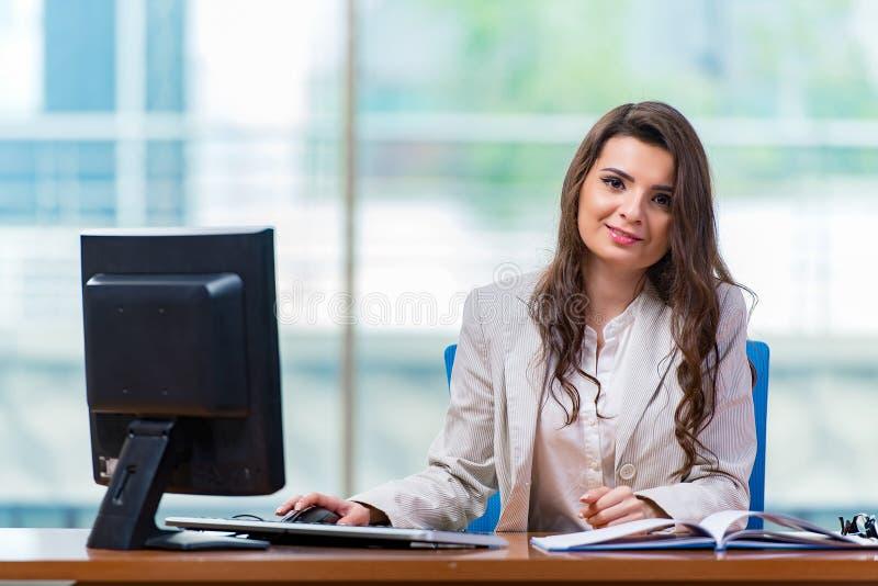 Download 坐在办公桌的女实业家 库存照片. 图片 包括有 服务台, 计算机, 膝上型计算机, 快乐, 商业, 经理 - 72362402