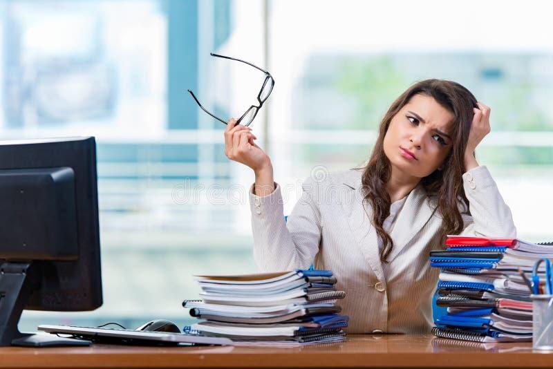 Download 坐在办公桌的女实业家 库存图片. 图片 包括有 劳累过度, 逾期, 动物, 红色, 服务台, 累积, 失败 - 72362465
