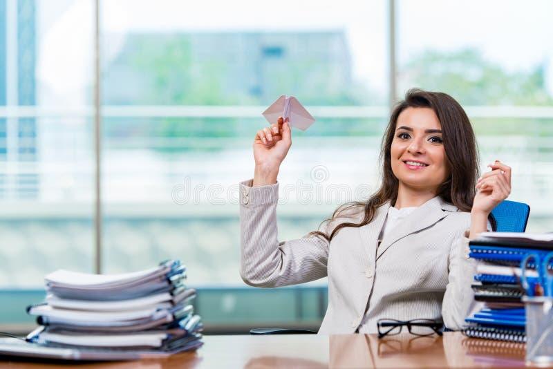 Download 坐在办公桌的女实业家 库存照片. 图片 包括有 origami, 折叠, 员工, 纸张, 愉快, 休闲, 无效 - 72362740