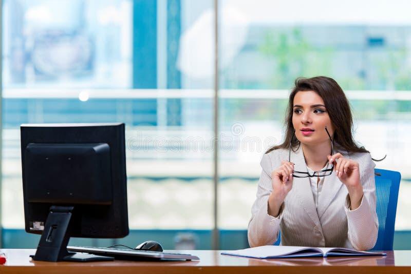 Download 坐在办公桌的女实业家 库存照片. 图片 包括有 专业人员, 俄国猎狼犬, 查找, 女性, 惊吓, 经理, 用尽 - 72364750
