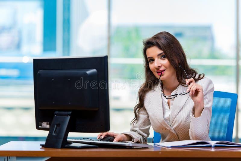 Download 坐在办公桌的女实业家 库存照片. 图片 包括有 执行委员, 关键董事会, 员工, 招待员, 快乐, 监控程序 - 72364790