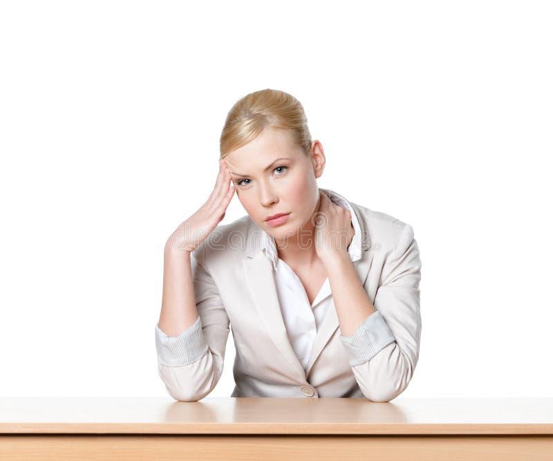 坐在办公桌的新女商人 图库摄影