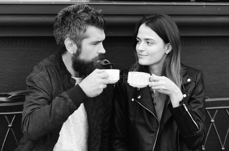 坐在咖啡馆的可爱的浪漫夫妇画象  免版税库存照片