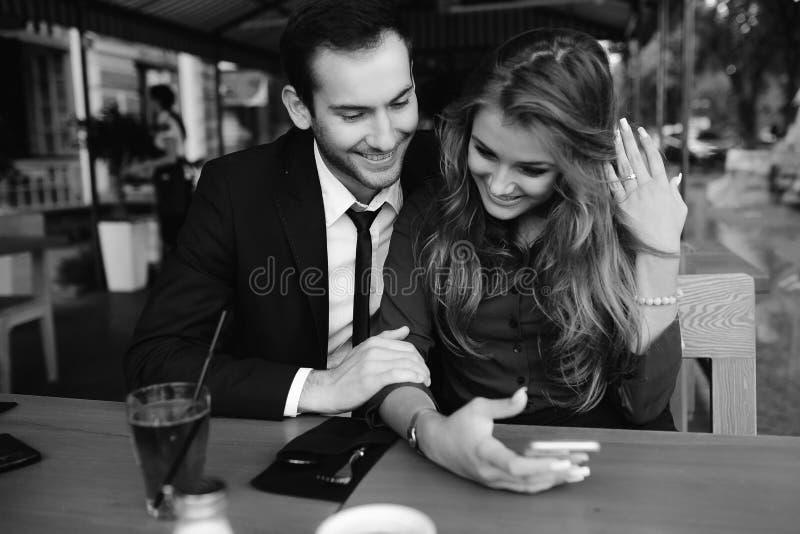 坐在咖啡馆的美好的夫妇 免版税图库摄影