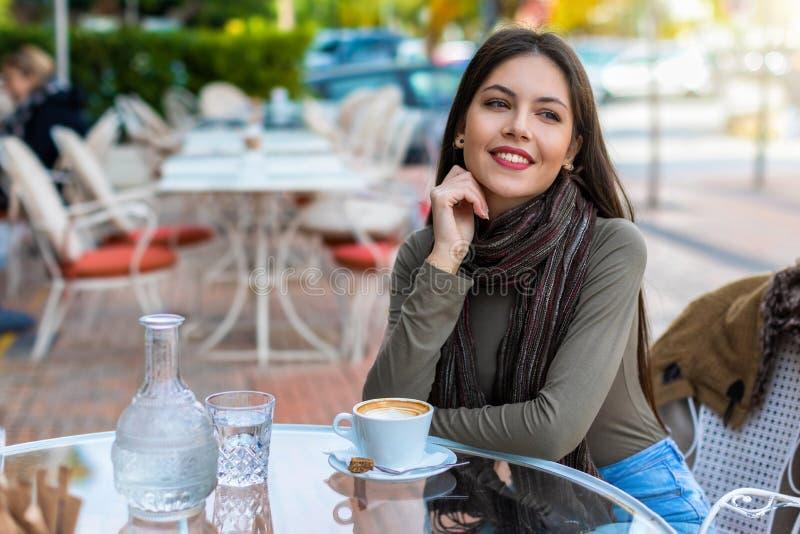 坐在咖啡馆的都市女人的画象 库存照片