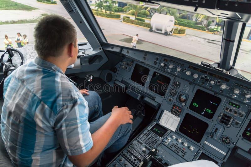 坐在喷气机驾驶舱内的少年 免版税图库摄影