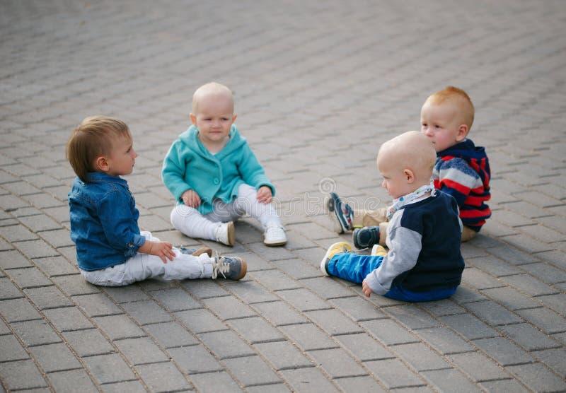 坐在圈子的小孩 库存照片