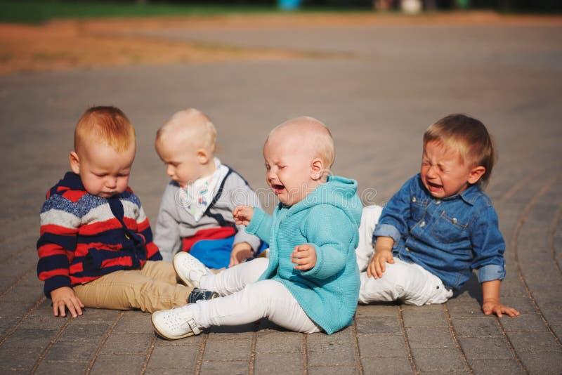 坐在圈子的逗人喜爱的小孩 免版税库存照片
