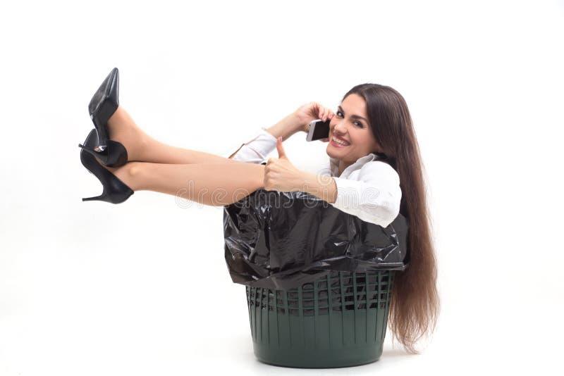 坐在垃圾箱的疯狂的妇女 免版税库存照片