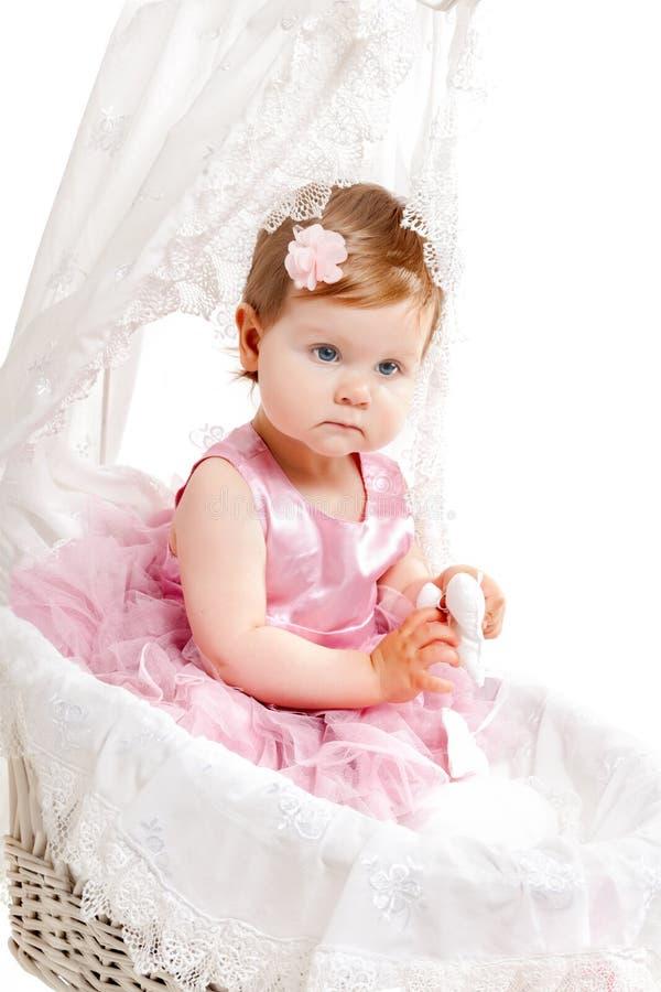坐在婴孩车的逗人喜爱的小女孩 免版税库存图片