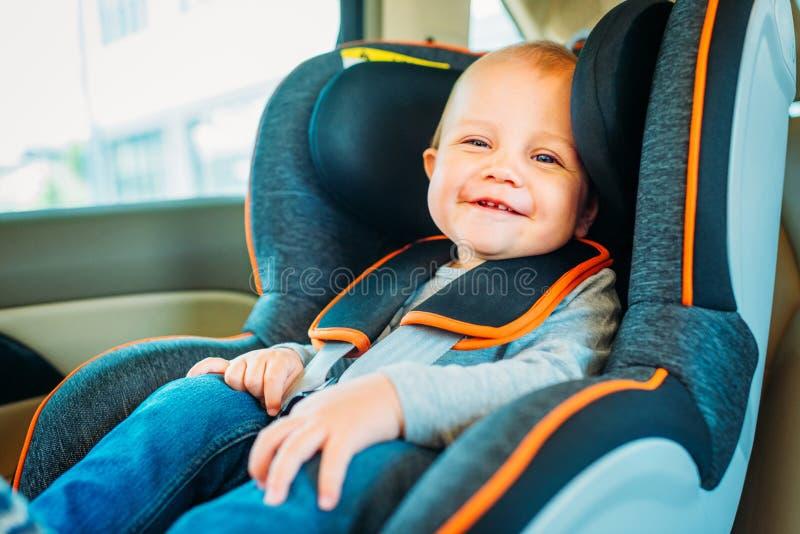 坐在孩子的愉快的矮小的婴孩 免版税库存照片
