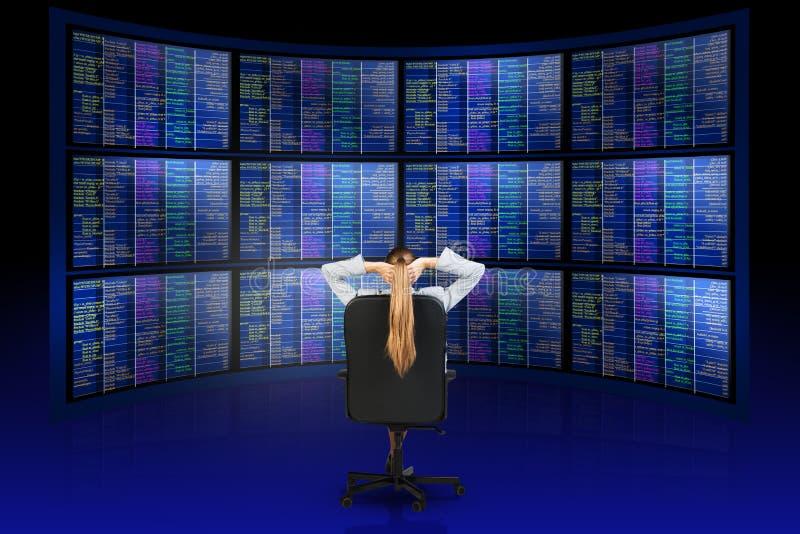 坐在屏幕前面的妇女,放松 库存图片