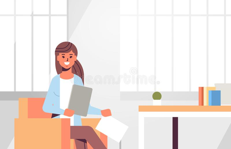 坐在工作场所书桌有准备报告的纸张文件的女商人的女实业家运作处理概念 向量例证