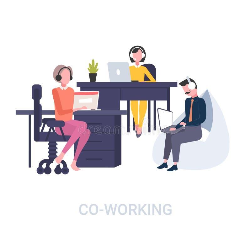 坐在工作场所书桌电话中心共同工作的概念露天场所的耳机操作员的工友平展白色 皇族释放例证