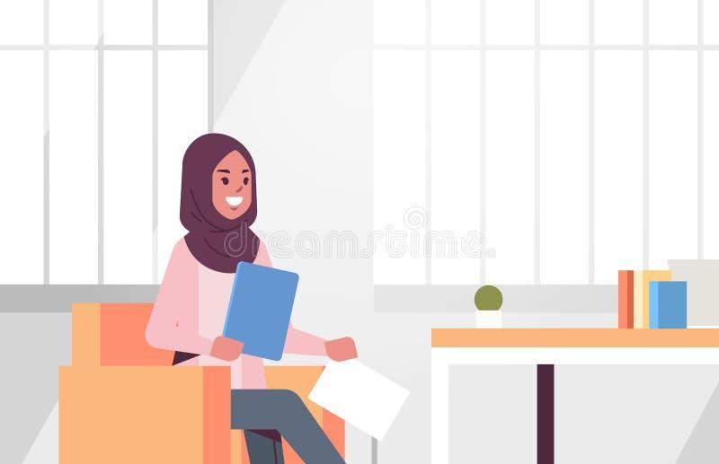 坐在工作场所书桌阿拉伯女商人的阿拉伯女实业家拿着准备报告工作的纸张文件 皇族释放例证