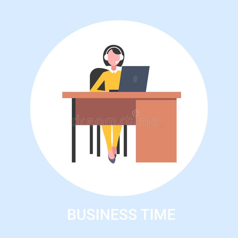 坐在工作场所有耳机电话中心辅助企业时间的书桌妇女的女性用户支持操作员 库存例证