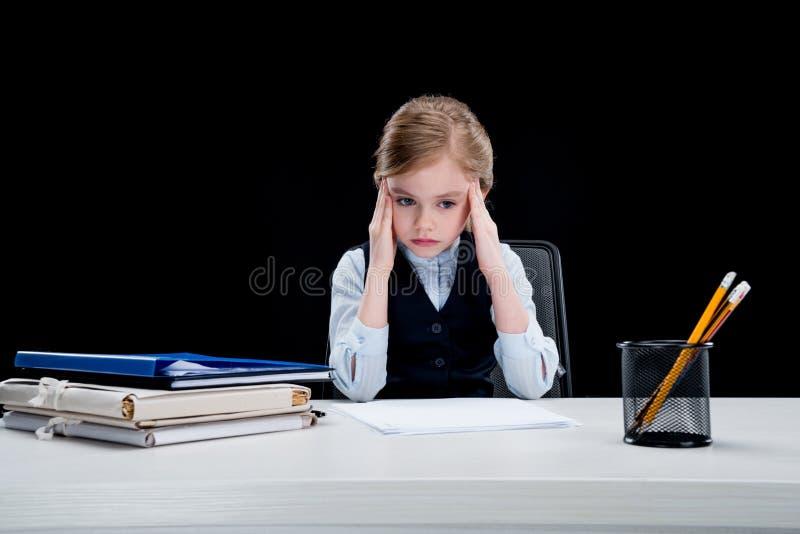 坐在工作场所的沉思企业女孩画象  图库摄影