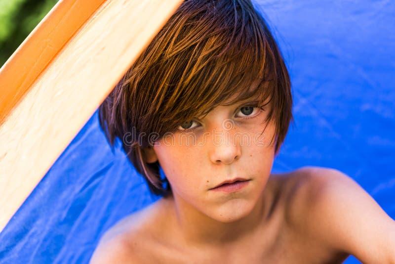 坐在帐篷的少年男孩 免版税库存照片