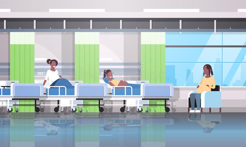 坐在床和扶手椅子女孩的非裔美国人的孕妇患者谈论通信怀孕和 向量例证