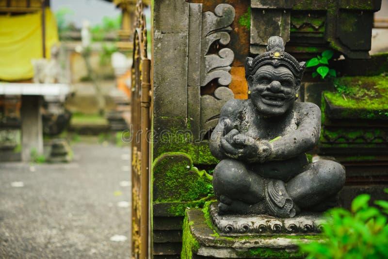 坐在房子的入口的神石头雕象的印度神象 免版税库存照片