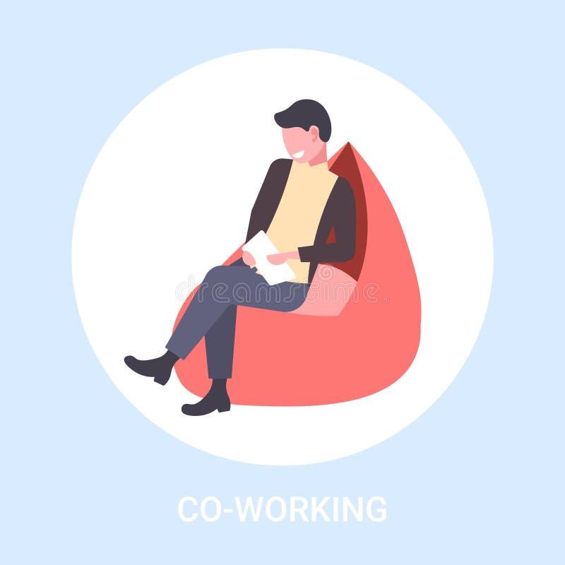 坐在扶手椅子商人的商人自由职业者使用片剂自由职业者的共同工作的概念公卡通人物 皇族释放例证