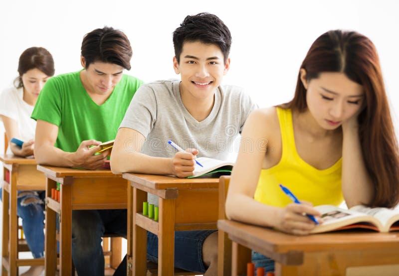 坐在教室的年轻大学生小组 免版税图库摄影
