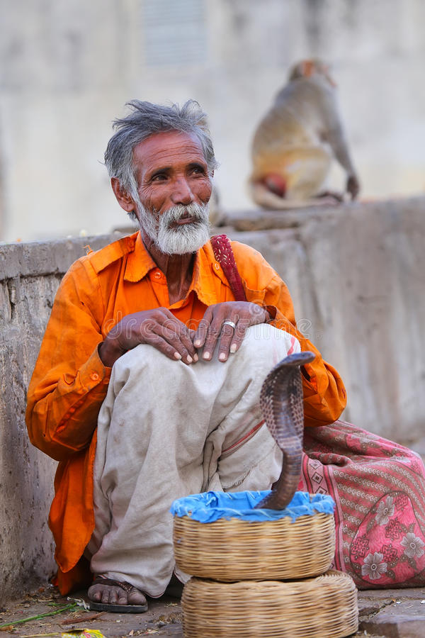 坐在斋浦尔,拉贾斯坦街道的地方耍蛇者, 免版税图库摄影