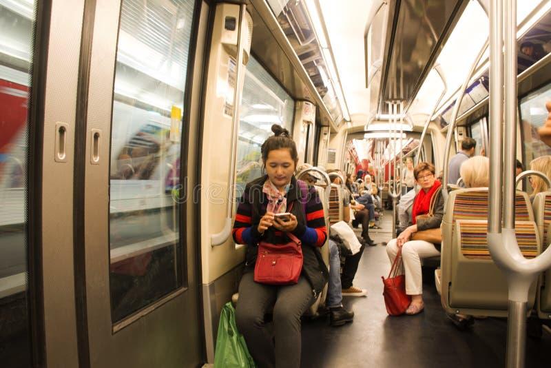 坐在旅途的地铁里面的法国人和外国人旅客在巴黎市附近 库存照片