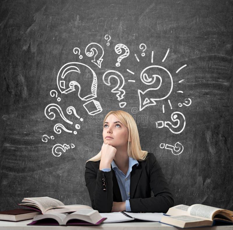 坐在有书的书桌的妇女在想法的教育附近 向量例证