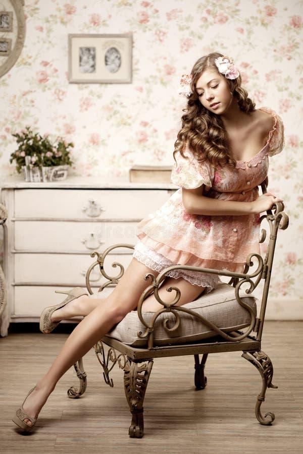 坐在有葡萄酒内部的一间屋子里的妇女 库存图片