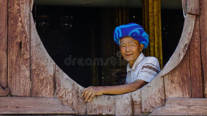 坐在木修道院的一个缅甸人 库存照片