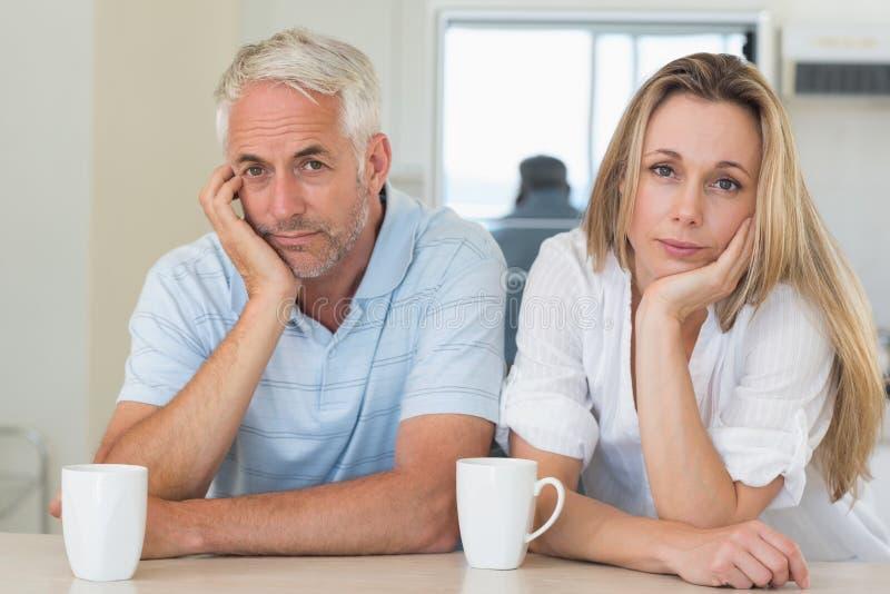 坐在柜台的夫妇的联邦机关 免版税库存图片
