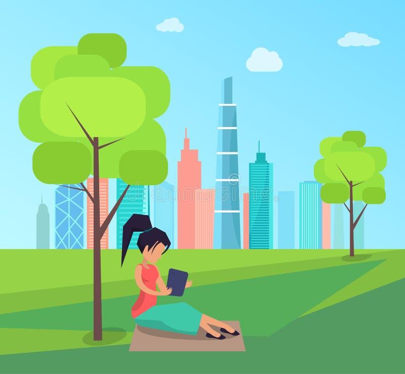 坐在树和阅读书下的妇女在公园 皇族释放例证
