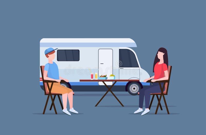 坐在桌上的夫妇靠近野营的家庭拖车有蓬卡车汽车人妇女spendingtime togeher暑假 向量例证