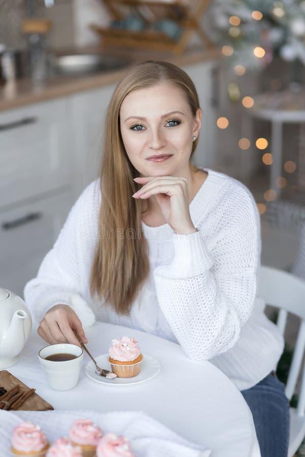 坐在桌上的女孩的画象 图库摄影