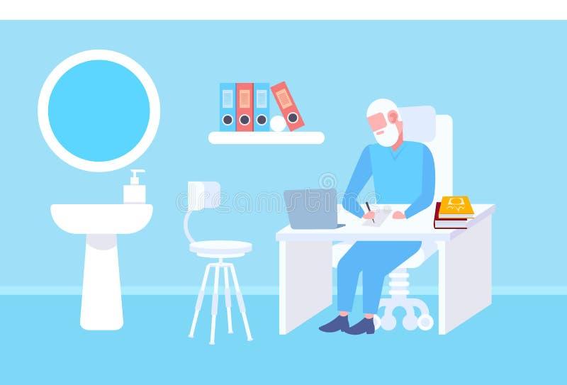 坐在桌工作场所使用膝上型计算机和写处方现代诊所办公室的资深医生内部医学 皇族释放例证